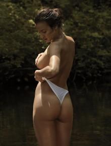 Irina Shayk en el río
