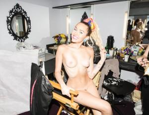 Miley Cyrus desnuda totalmente