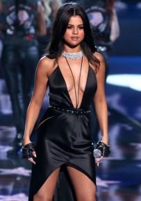Selena Gomez y su gran escote actuando en el Victoria's Secret Fashion Show 2015