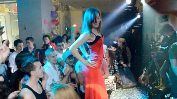 Striptease en una fiesta de un colegio ruso
