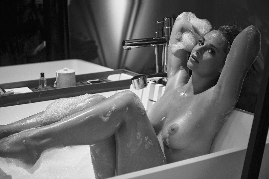 Genevieve Morton desnuda ante la cámara de Derek Riker