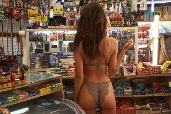 Emily Ratajkowski en la Tienda